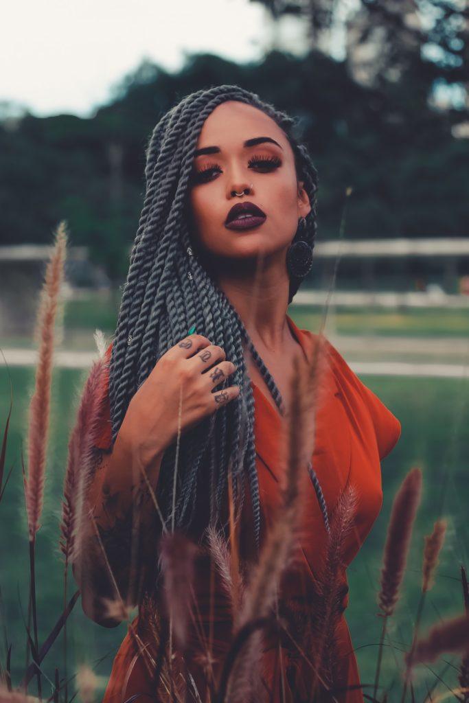 jeune africaine tressés coiffure africaine